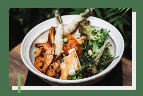Miska w Shoku - krewetki, grillowane kalmary, szparagi w tempurze i tatar z łososia. Photo by Nat Kontraktewicz - https://kontraktewicz.com/