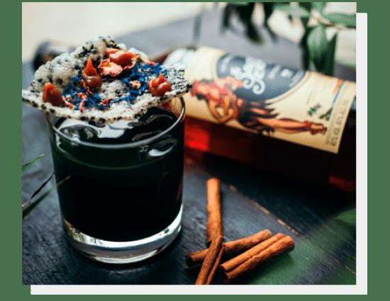 Koktajle - Słony karmel, rum Sailor Jerry, węgiel, chips ryżowy z czarnym sezamem. Photo by Nat Kontraktewicz - https://kontraktewicz.com/