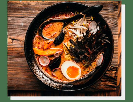 SHOKU VEGAN RAMEN - Bulion z długo pieczonych warzyw z masłem orzechowym , dynia w sosie tonkatsu, rzepa, grzyby shiitake, mizuna, nori (dostępny z jajkiem). Photo by Nat Kontraktewicz - https://kontraktewicz.com/